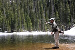 """Los pescadores de caña capturan truchas en """"Fern Lake"""" para después soltarlas."""